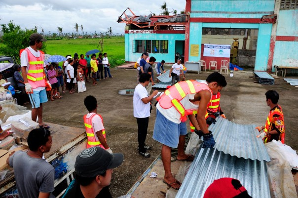 A CARE distribution of shelter and house materials, near Tacloban, in Leyte Province.  Photo:CARE